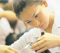 理容師法・美容師法改定によって養成施設で修得する必須科目が9科目から8科目に減ったのを受け、その時間をメイクアップや